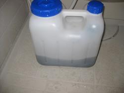 排水をボトルに入れて持ち帰ります。