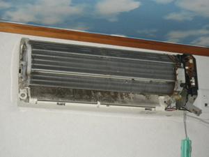 エアコンのドレンパンを完全に外した画像