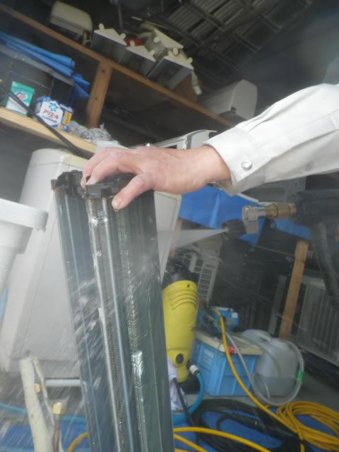 熱交換機を洗浄している画像