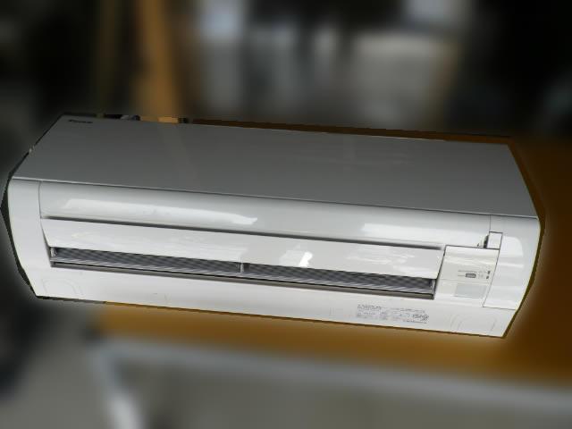 洗浄したエアコンを組み立て完了の画像