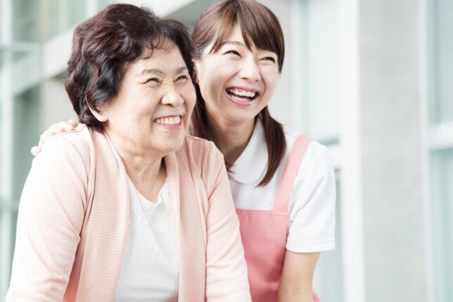 老人ホームのお年寄りと介護福祉士